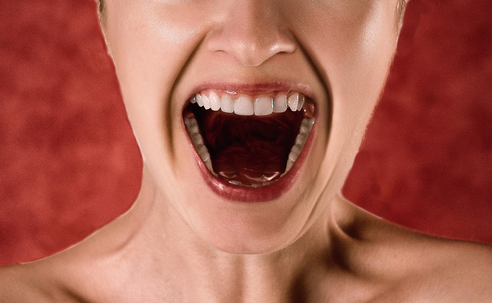 Schreiende Frau, die sich über unbezahlte Rechnung ärgert