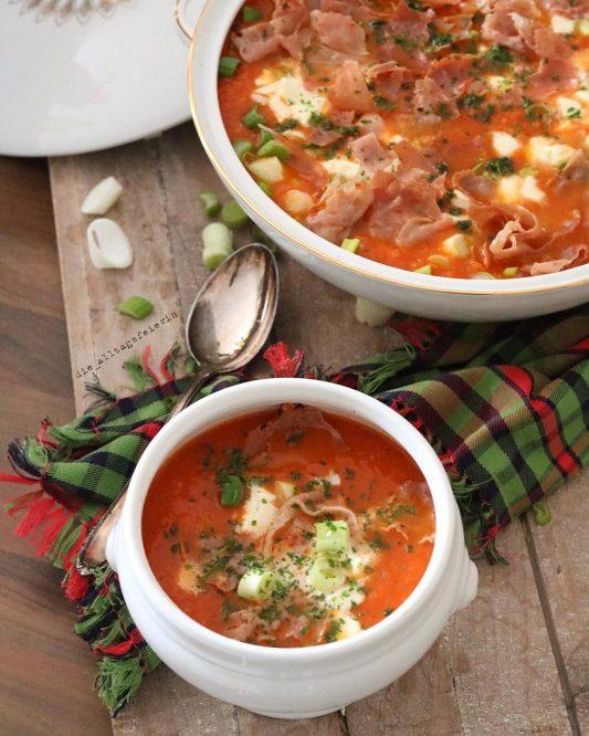 Möhren-Tomatensuppe mit Parmachips, Möhrensuppe, Tomatensuppe, Suppendienstag, Parmaschinken, Wochenplan, Speiseplan, Essensplan, Freebie