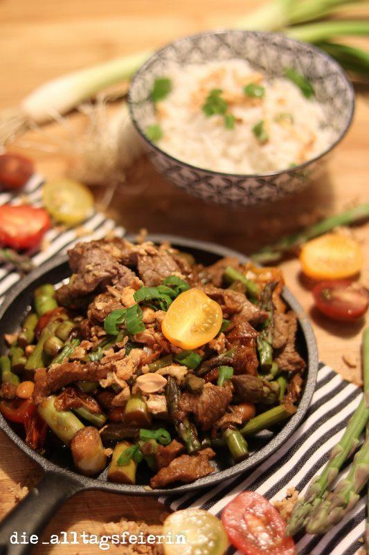 Wochenplan, Speiseplan, Essensplanung, Freebie, Freebie Wochenplan, Steakpfanne mit grünem Spargel, grüner Spargel, Erdnüsse, Röstzwiebeln, Tomaten, Rindfleisch