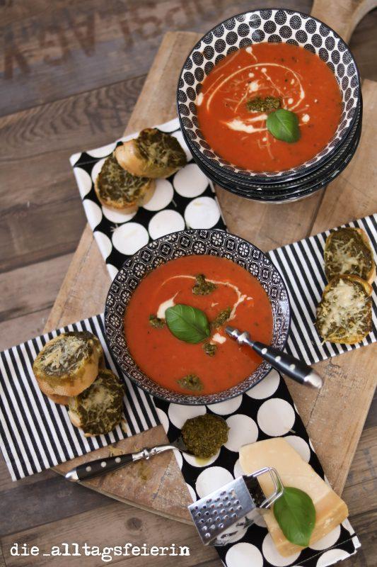 Tomaten-Zucchin-Suppe, Pesto, Baguette, Suppendienstag, Tomatensuppe, Speiseplan, Freebie, was koche ich heute,