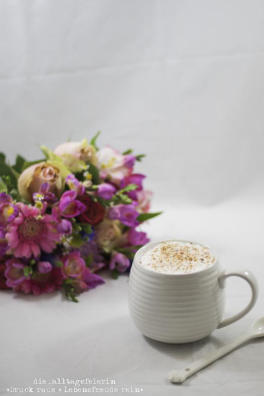 wochenglueckrueckblick-151017, Kaffee, Bluetenzucker, Bluetentraeumchen, Blumen, Blumenstrauss, romantischer Blumenstrauss, Kaffeegenuss, Cappuccino, Milchkaffee