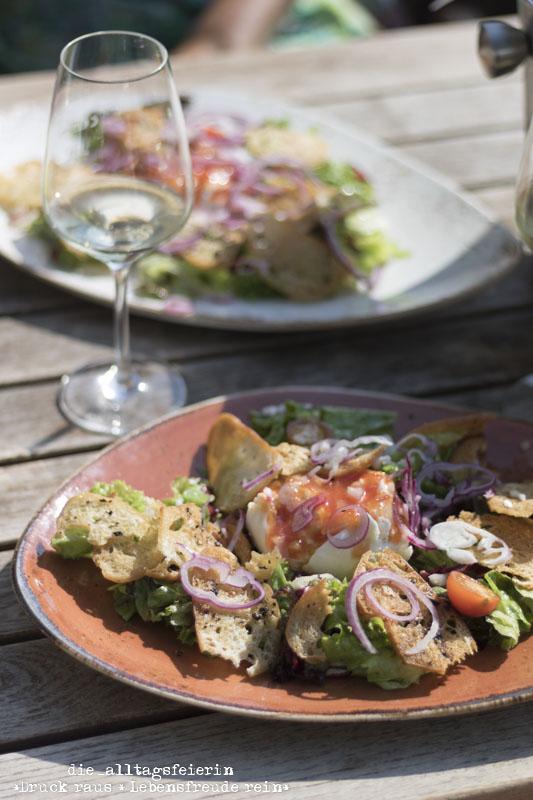 Schlemmen auf der Vogelsburg in Mainfranken Volkach in der Naehe von Wuerzubrg. Burrata mit Salat.