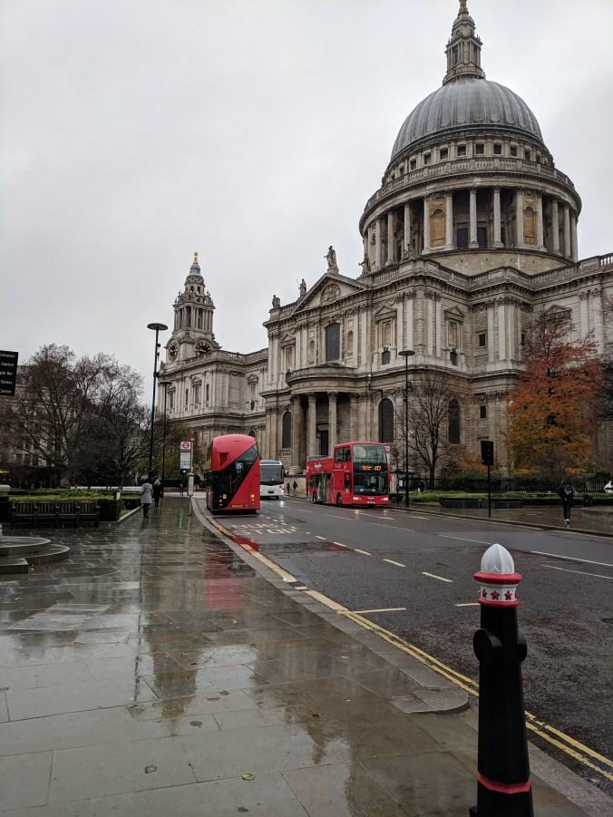 Die St Paul's Cathedral ist auch an einem Regentag sehenswert. Foto: Petra Breunig