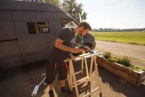 Fenster in den Camper einbauen - Rahmen mit Sikaflex einkleben