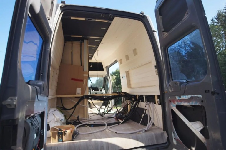 Die Innenverkleidung und das Bett von unserem Camper im Aufbau