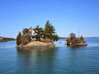 Die kleinste Brücke zwischen zwei Staaten, die linke Insel ist kanadisch und die rechte us-amerikanisch