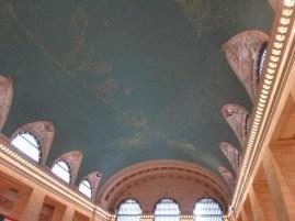 Die Deckenmalerei ist laut Stadtführerbuch seitenverkehrt
