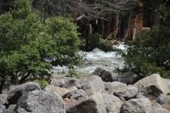 So sieht es hinter den Wasserfällen aus.