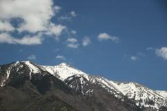 Viel Berge auf dem Weg nach Norden sind schneebedeckt