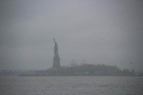 Freiheitsstatue im Regen und Nebel