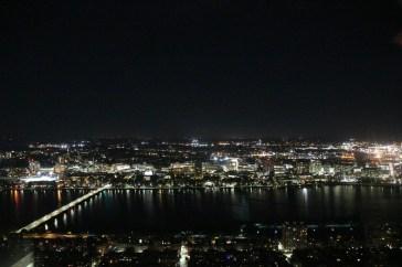 Das MIT auf der Nordseite des Charles Rivers vom 50.Stock des Prudential Center Towers bei Nacht