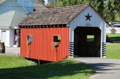 überdachte Brücke im Amish Museumsdorf