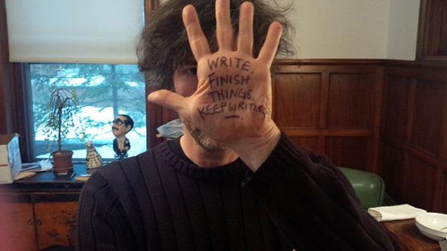 """Neil Gaiman : """"Escreva, termine as coisas, continue escrevendo."""""""