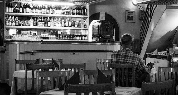 homem sozinho bar