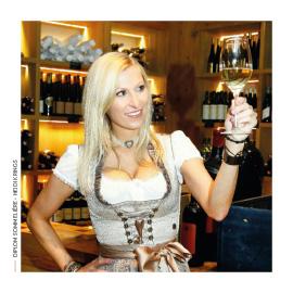 Die ehemalige Snowboard-Olympionikin und Diplom-Sommeliére Heidi Krings leitet den Service-, Bar- und Restaurantbereich.