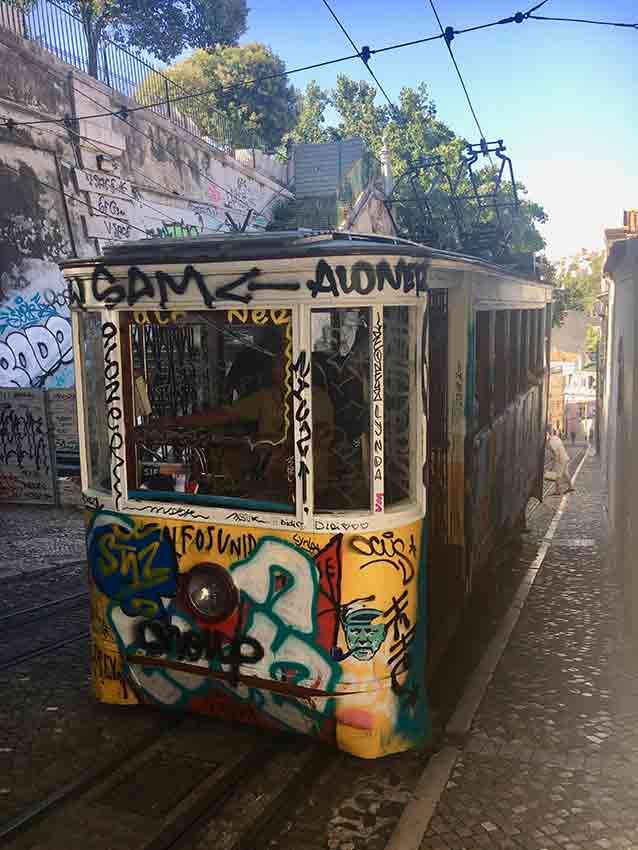 """Der """"Elevador da Glória"""", der vom Lissaboner Stadtteil Baixa hinauf ins Bairro Alto fährt."""
