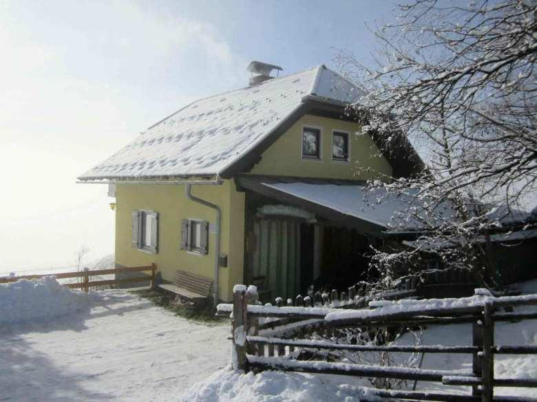 Ein wahres Wintermärchen: Der Blick auf das verschneite Ferienhaus Das Sunnhäusl.