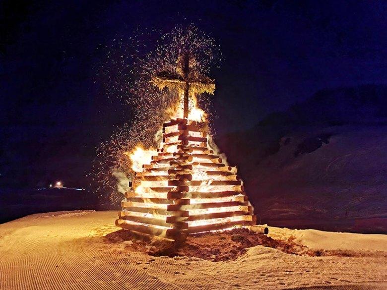 Vor dem Hotel Das Seekarhaus wird alljährlich am Karsamstag das Osterfeuer von Obertauern entfacht.