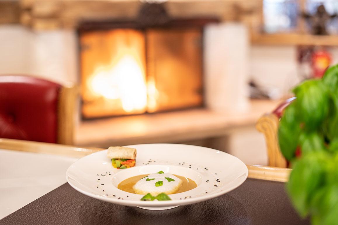 Rezept Curry-Zitronengras-Schaumsuppe: Original nach dem mit zwei Gault Millau-Hauben gekrönten Fünf-Sterne-Ski- und Familienhotel Das Seekarhaus in Obertauern.