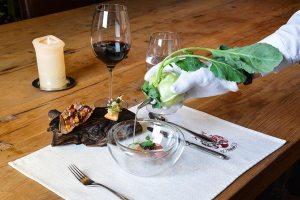 Im Fünf-Sterne-Haus das Seekarhaus wird die ausdruckstarke Kombination von Tauernlamm mit Grüll-Kaviar, Bio-Eigelb und fermentiertem Kohlrabisaft kredenzt.