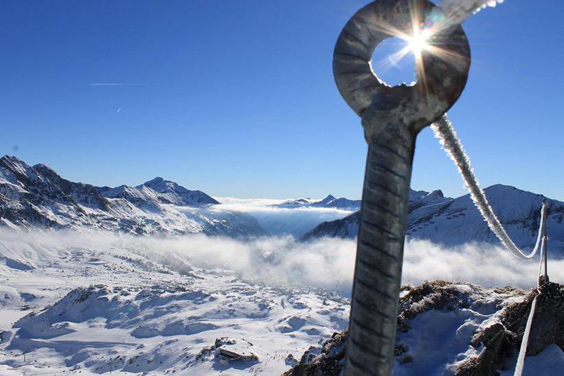 Handy beim Skifahren vor klirrender Kälte schützen: Vier einfache Tipps, damit das Handy länger hält. Foto: Hotel Das Seekarhaus