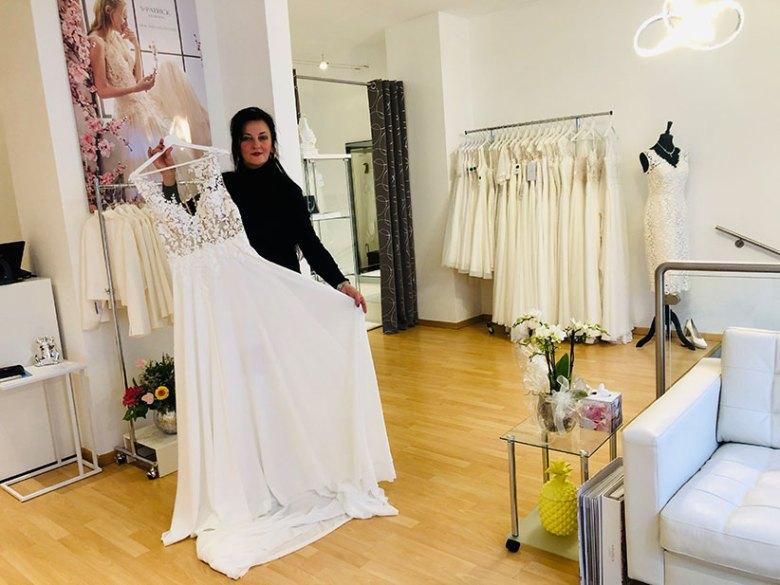 """Snjezana Tomincic bietet bei """"One day – Brautmode in Salzburg"""" ein exquisites, vielfältiges Sortiment bezaubernder Hochzeitskleider. Foto: Kitzenegger"""