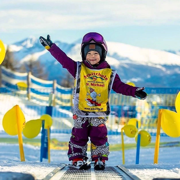 """""""Bring Children to the Snow"""" in seiner schönsten Form: Strahlende Kinderaugen beim Skikurs in der im Salzburger Lungau gelegenen Schischule St. Michael. Foto: Schischule St. Michael"""