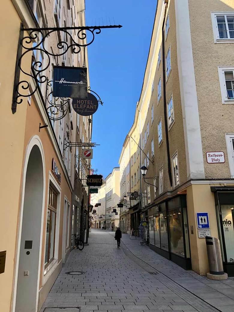 Covid-19-Krise: Gähnende Leere in Salzburgs Touristenmagnet Getreidegasse an einem Wochentag. An solche Bilder muss man sich erst einmal gewöhnen.