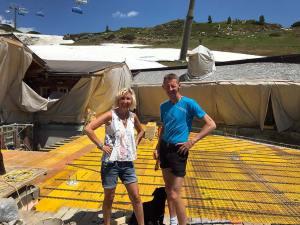 Ein Bild aus glücklichen Tagen: Christiane und Wolfgang auf der Hochalm-Baustelle Ende Juni 2019. Foto: Privat