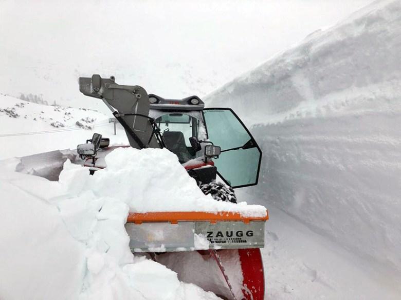 Tagelang waren die Mitarbeiter der Bergbahnen Krings im Frühjahr 2019 damit beschäftigt, den Weg zur Hochalm vom meterhohen Schnee zu räumen. Foto: Bergbahnen Krings