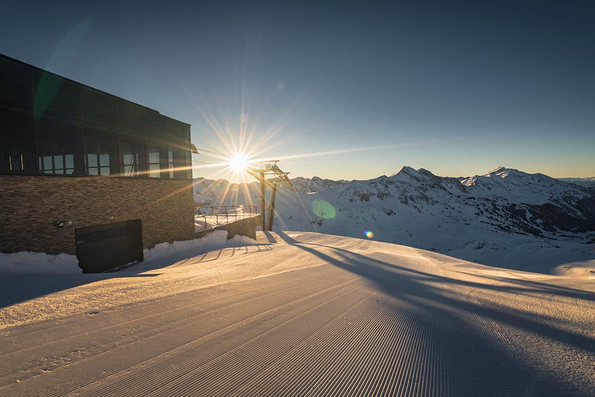 Osterskifahren in Obertauern im Skiwinter 20/21! In einigen Salzburger Skigebieten wurde der Liftbetrieb aufgrund der aktuellen Situation bereits eingestellt oder stark reduziert – die Tauernrunde in Obertauern ist jedoch bis nach Ostern befahrbar. Foto: TVB Obertauern