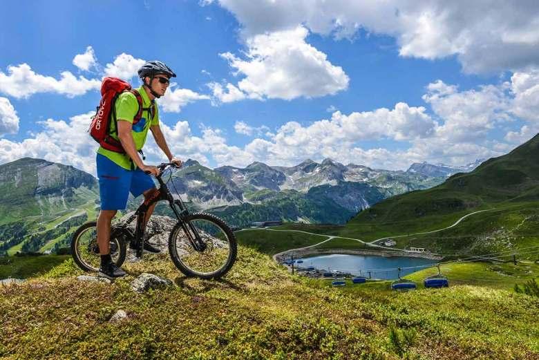 """Eine Fahrt mit dem """"Mountainskyver"""", dem leichten, tragbaren, sportlichen und an der Talstation Grünwaldkopfbahn ausleihbaren Bergroller, sollte man sich im Sommer in Obertauern ebenso wenig entgehen lassen, wie eine Tour mit dem E- oder klassischen Mountainbike. Foto: TVB Obertauern"""