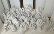 Gipsabdrücke von Händen, erstellt auf einem Firmenfest