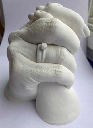 Gipsabdruck von Händen: Frau mit Ring und Baby