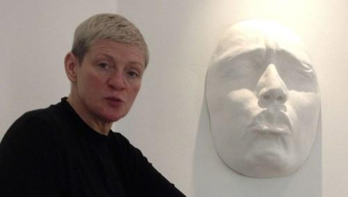 Übergroße Gesichtsskulptur mit Auftraggeberin