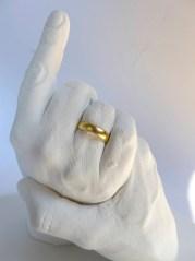 Foto des Abdrucks zweier Hände mit vergoldeten Ringen