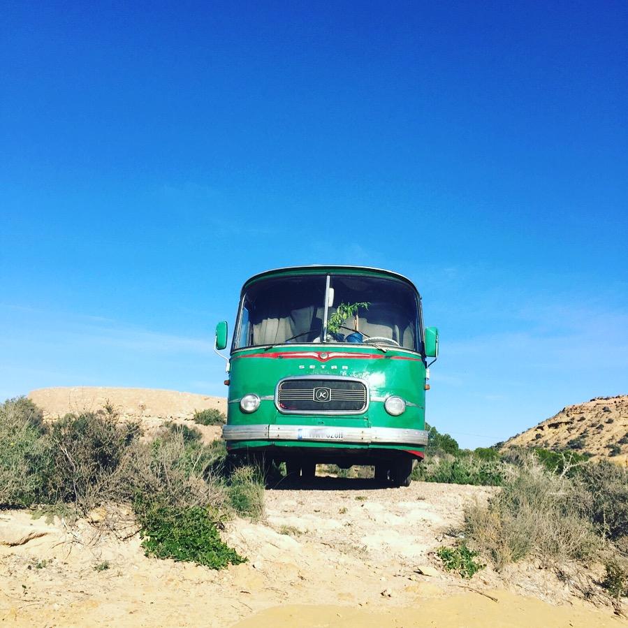 Alter Setra Bus am Strand in Spanien