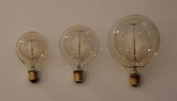 Glühbirne mit Kabel: Hänge-, Tisch- und Bodenleuchten im Glühbirnenstil