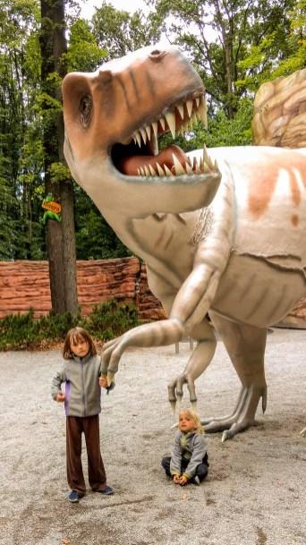 Foto von Luis und Bela mit einem Dinosaurier im Saurierpark in Kleinwelka.