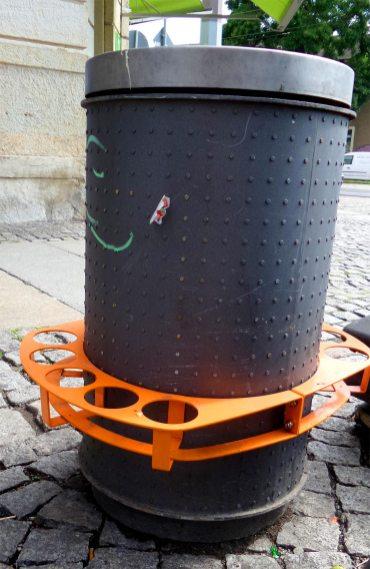Foto einer Mülltonne mit einer Vorrichtung für Pfandflaschen in Dresden Neustadt.