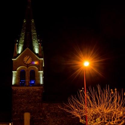 Foto einer Kirche bei Nacht in Saint Prim.