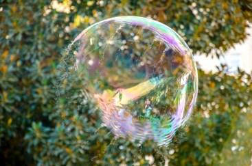 Foto einer gerade platzenden Seifenblase.