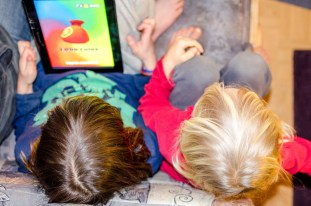 foto von zwei Kindern beim Zocken.