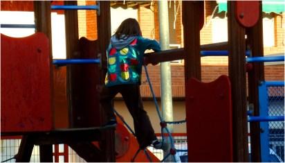 Foto eines Kindes im Drachenkostüm auf einem Spielplatz.