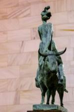 Foto von einer Plastik, eine Frau die verkehrt herum auf einem Stier sitzt.