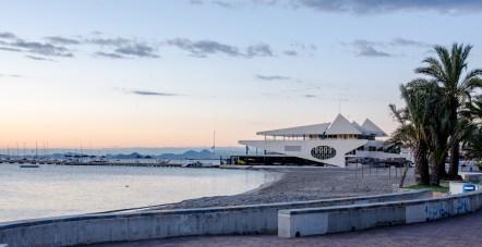 Foto eines Hafengebäudes in Form einer Yacht.