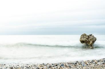 Foto von dem Strand in Torrox-Costa mit einem Felsen im Meer.