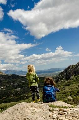Zwei Kinder genießen den Ausblick über die Berge.