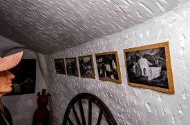Foto in einer Höhlenwohnungen mit Fotos an der Wand.