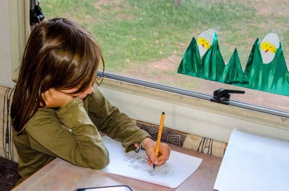Kind beim Zeichnen einer Lego Ninjago-Figur.